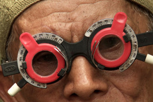 Look of Silence Joshua Oppenheimer documentaire lunette rouge regard