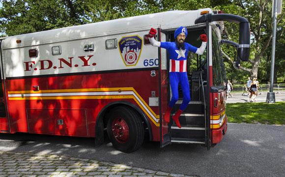 Vishavjit Singh, citoyen américain d'origine sikh, revêt le costume de captain america avec un turban