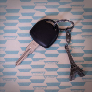 clés de voiture avec un porte clé paris tour eiffel