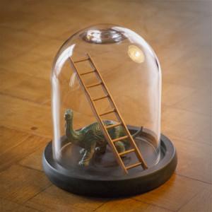 Dinosaure sous cloche avec une échelle