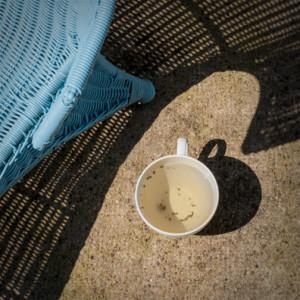 tasse de thé au soleil, ombrage résille bleu