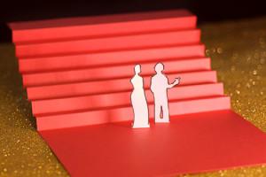 Cannes Onzième Jour les marches, escalier rouge en papier sur fons paillettes dorées
