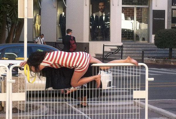 Dormeuse en équilibre sur une barrière au festoval de cannes