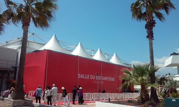 Palmier ciel bleu à Cannes pendant le festival croisette salle du soixantième