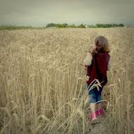 Interview SMS de Lolita Chammah : enfant, champ de blé © Annick Holtz.