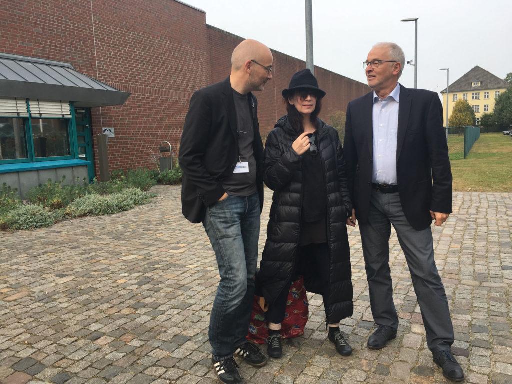 Amanda Plummer devant la prison (en compagnie de Tornsten Neumann, directeur du Festival, à sa gauche et Gerd Koop, directeur de la JVA, à sa droite).