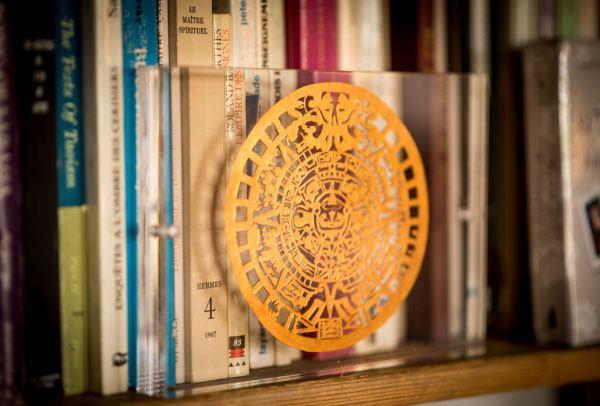 Dans le bureau d'Alejandro Jodorowsky : calendrier soleil astèque, l'art sacré © Yann Vidal