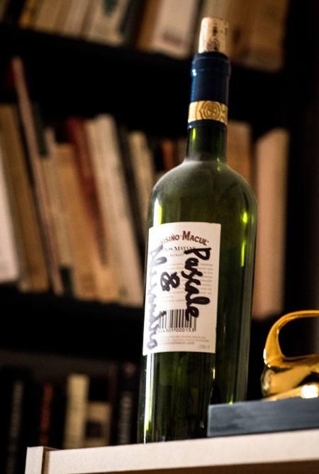 Dans le bureau d'Alejandro Jodorowsky : bouteille signée par le poète Nicanor Parra© Yann Vidal