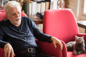 Dans le bureau d'Alejandro Jodorowsky : avec son chat Dulce © Yann Vidal