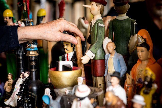Dans le bureau d'Alejandro Jodorowsky. L'assemblée des figurines © Yann Vidal