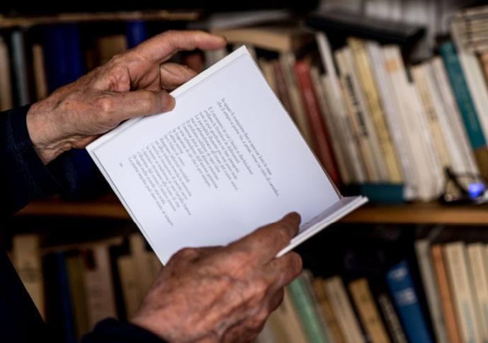 Dans le bureau d'Alejandro Jodorowsky : les livres ouverts, vecteurs de beauté © Yann Vidal