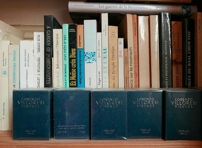Dans le bureau d'Alejandro Jodorowsky. Parfum de Jodorowsky © Yann Vidal
