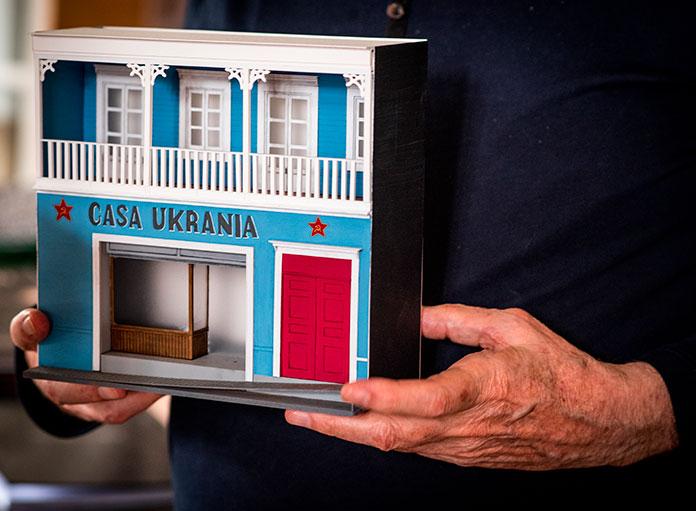 Dans le bureau d'Alejandro Jodorowsky. Maquette de la maison d'enfance à Tocopilla, au Chili © Yann Vidal