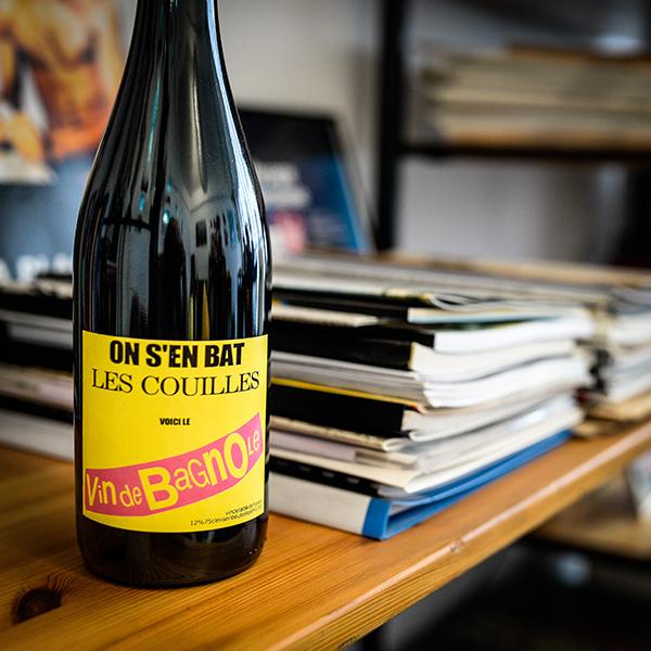 Dans le bureau de Robert Guédiguian : bouteille de vin © Yann Vidal.