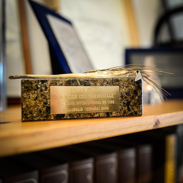 Dans le bureau de Robert Guédiguian : épi d'or pour La vie est tranquille © Yann Vidal.