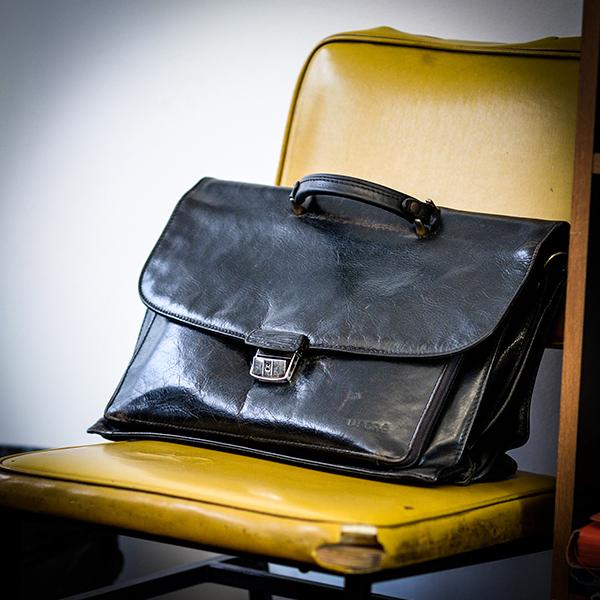 Dans le bureau de Robert Guédiguian : une sacoche © Yann Vidal.