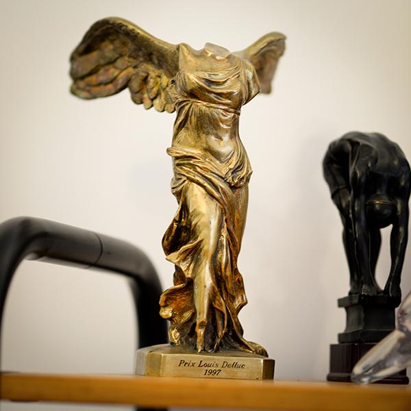 Dans le bureau de Robert Guédiguian : trophée pour Marius et Jeannette © Yann Vidal.