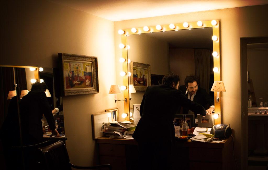 Dans la loge d'Edouard Baer : loge avec vue sur le miroir à ampoules © Mathieu Menossi.