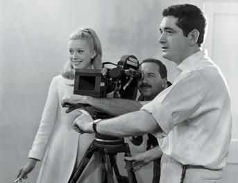 Catherine Deneuve et Jacques Demy sur le tournage du film les Parapluies de Cherbourg en 1963. Photographie Leo Weisse © 1993 – Ciné-Tamaris
