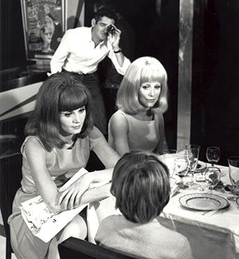 Catherine Deneuve et Françoise Dorléac sur le tournage du film Les Demoiselles de Rochefort, de Jacques Demy, en 1966. Photographie Hélène Jeanbrau © 1996 – cine-tamaris