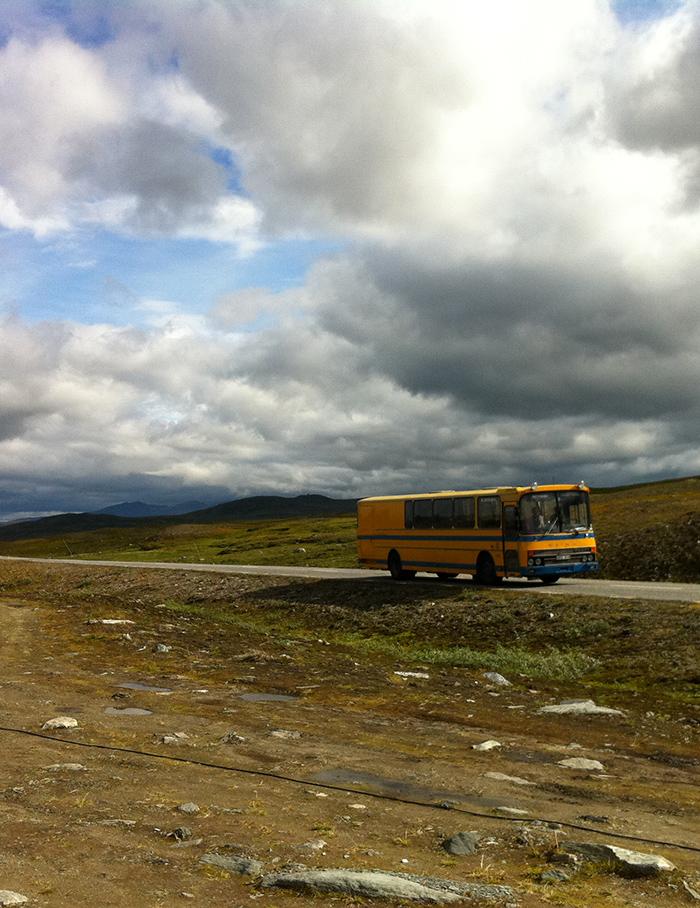 Jean-Pierre Darroussin vu par Anna Novion : repérages en Suède pour le film Rendez-vous à Kiruna : route et bus.