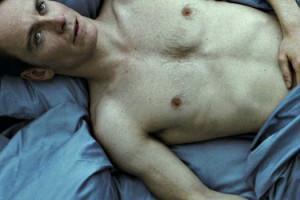 Shame Michael Fassbender draps bleus