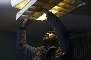 Critique Dheepan de Jacques Audiard, scène réparation lumière Anthonythasan Jesuthasan