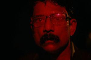 Sunrise de Partho Sen Gupta - gros plan sur le visage de Adil Hussain avec lumière rouge