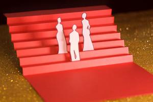 Cannes Cinquième Jour les marches, escalier rouge en papier sur fons paillettes dorées