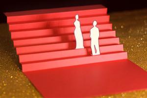 Cannes Deuxième Jour les marches, escalier rouge en papier sur fons paillettes dorées