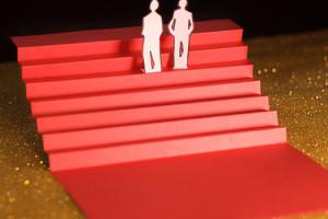 Cannes Dixième Jour les marches, escalier rouge en papier sur fons paillettes dorées