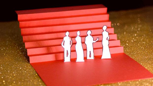 Cannes Douzième Jour les marches, escalier rouge en papier sur fons paillettes dorées