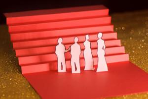 Cannes Huitième Jour les marches, escalier rouge en papier sur fons paillettes dorées