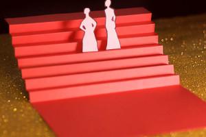 Cannes Neuvième Jour les marches, escalier rouge en papier sur fons paillettes dorées