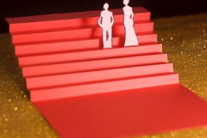 Cannes Quatrième Jour les marches, escalier rouge en papier sur fons paillettes dorées