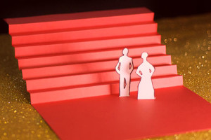 Cannes Septième Jour les marches, escalier rouge en papier sur fons paillettes dorées
