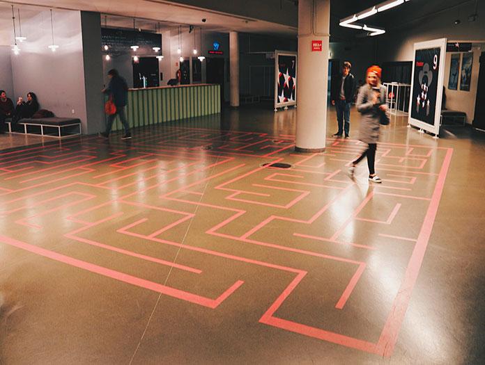 Pour gérer et investir un si grand espace, l'équipe a dû trouver des solutions nouvelles : multiplier les événements, organiser de nombreux festivals internationaux et repenser l'espace. Dès leur arrivée dans ce vaste lieu, ils souhaitaient créer un espace dédié aux plus jeunes. Ils ont alors décidé de dessiner des jeux au sol sur toute la surface du cinéma : une marelle au rez-de-chaussée, un énorme labyrinthe au deuxième étage. / Kino Nowe Horyzonty © Mickael Arnal et Agnès Salson.