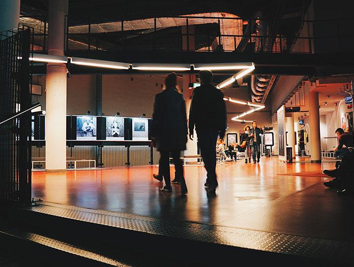 Inspiré par le mouvement Secret Cinema, le Kino Nowe Horyzonty organise des événements interactifs pour « événementialiser » leurs avant-premières. En septembre 2015, pour la ressortie du film Sin City, le cinéma a organisé un jeu de piste scénarisé, a reconstitué des décors et embauché des acteurs qui étaient maquillés dans le style singulier du film. / Kino Nowe Horyzonty © Mickael Arnal et Agnès Salson.